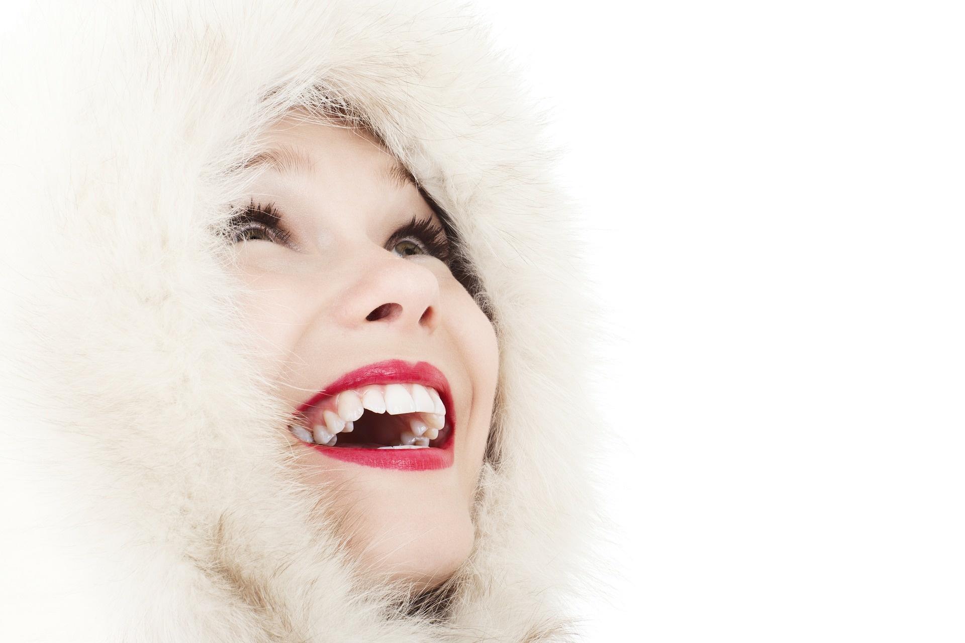 obličej ženy v kapuci z bílé kožešiny