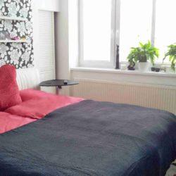 šatna za postelí
