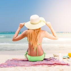žena na pláži, opalování