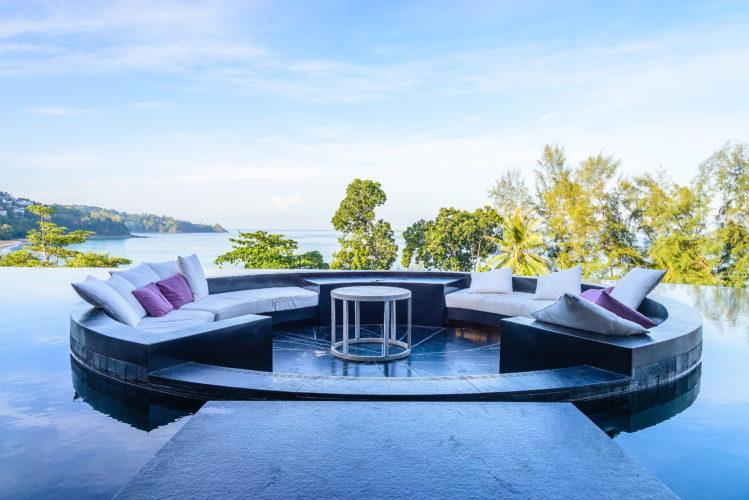luxusní terasa s nábytkem