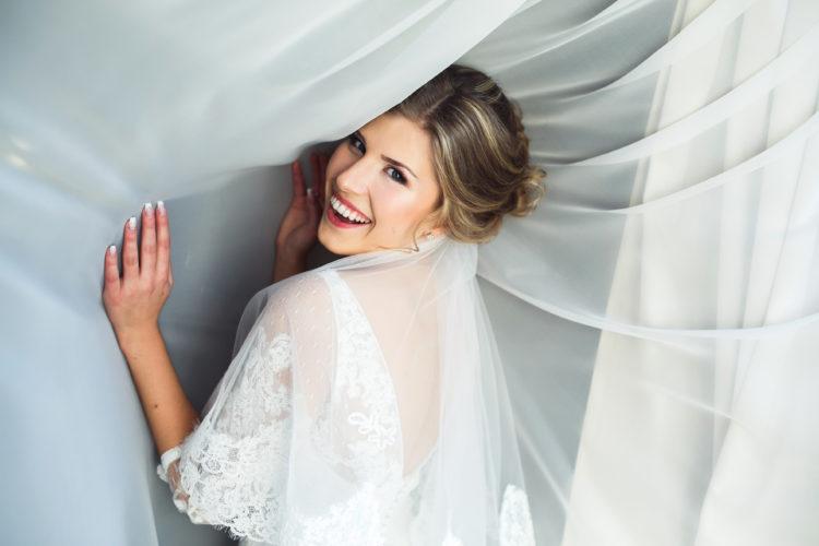 žena s bílými záclonami