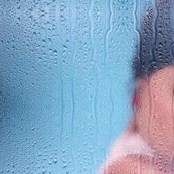 žena ve sprše