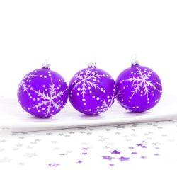 fialové vánoční baňky