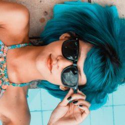 mladá žena u bazénu