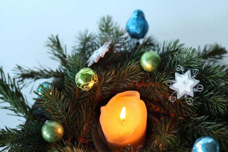 svíčka na adventním věnci