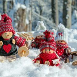 figurky lyžařů na sněhu