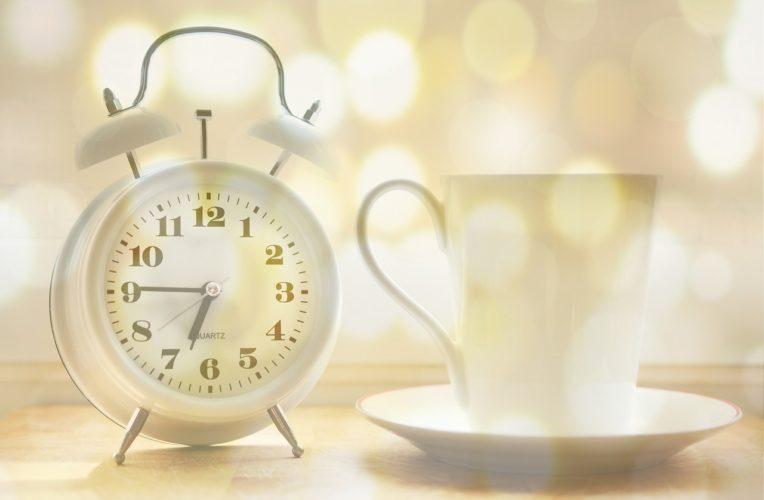 budík, ráno, káva