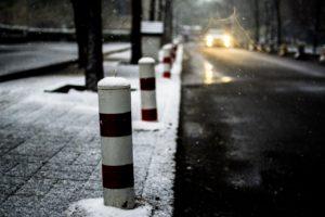 Namrzlý chodník a cesta. Jak a čím sypat?