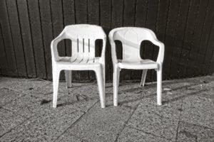 Skončete se starými plastovými židlemi na zahradě! Jsou tu nové trendy designy