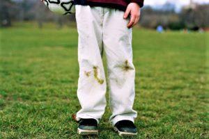 Jak na skvrny od trávy? Zbavte se jich pomocí speciálních triků!